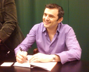 Gary Vaynerchuk signing his new book